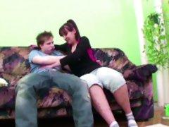 18jaehriger Milchbubi fickt seine Stief-Mutter beim Putzen